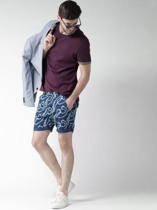 Cómo combinar: tenis blancos, pantalones cortos estampados azul marino, camiseta con cuello circular morado oscuro, blazer celeste