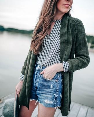 Cómo combinar: sombrero de lana gris, pantalones cortos vaqueros desgastados azules, blusa de manga larga de cuadro vichy verde oscuro, cárdigan abierto de punto verde oscuro
