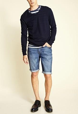 Combinar un jersey de pico azul marino: Para un atuendo que esté lleno de caracter y personalidad empareja un jersey de pico azul marino con unos pantalones cortos vaqueros azules. ¿Te sientes valiente? Complementa tu atuendo con zapatos brogue de cuero morado oscuro.