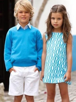 Cómo combinar: pantalones cortos blancos, camisa de manga larga de tartán celeste, jersey en turquesa