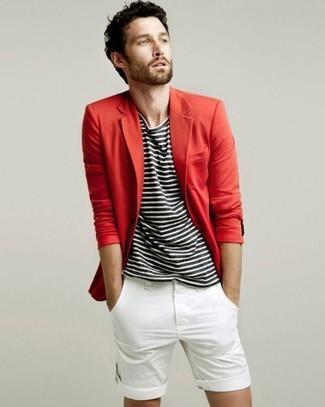 Cómo combinar: pantalones cortos blancos, camiseta con cuello circular de rayas horizontales en negro y blanco, blazer rojo