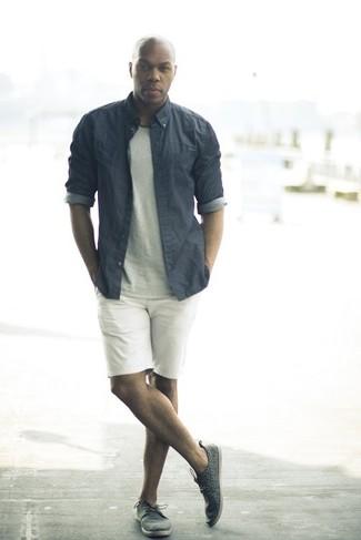Combinar una camisa de vestir de cambray gris: Si buscas un look en tendencia pero clásico, ponte una camisa de vestir de cambray gris y unos pantalones cortos blancos. ¿Te sientes valiente? Completa tu atuendo con tenis de cuero en gris oscuro.