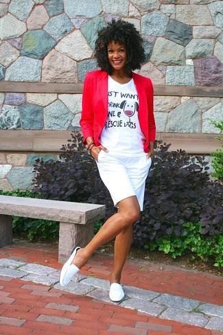 Cómo combinar: mocasín de cuero blancos, pantalones cortos blancos, camiseta con cuello en v estampada blanca, blazer rojo