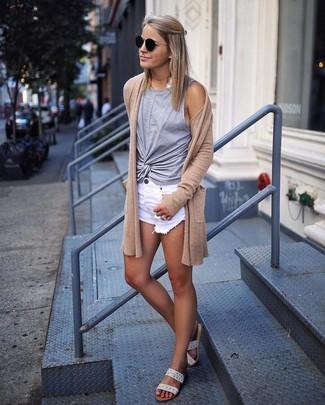Cómo combinar: sandalias planas de cuero en beige, pantalones cortos vaqueros desgastados blancos, camiseta sin manga gris, cárdigan abierto marrón claro