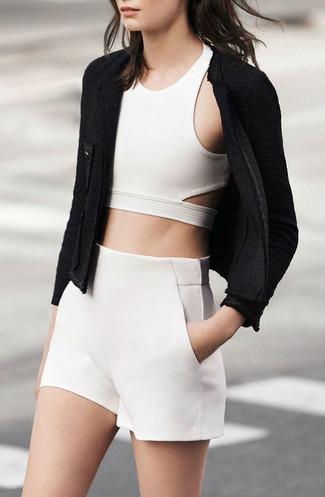 Cómo combinar: pantalones cortos blancos, top corto blanco, chaqueta de tweed negra