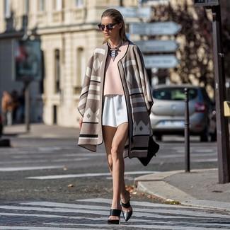 Cómo combinar: chinelas de cuero negras, pantalones cortos blancos, blusa de manga corta rosada, poncho estampado en beige