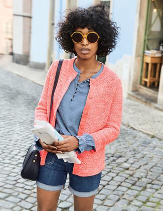 Cómo combinar: bolso bandolera de cuero negro, pantalones cortos vaqueros azul marino, blusa de manga larga celeste, chaqueta de tweed roja