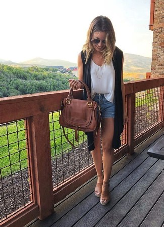 Cómo combinar: sandalias con cuña de cuero marrón claro, pantalones cortos vaqueros azules, blusa sin mangas de gasa blanca, abrigo sin mangas negro