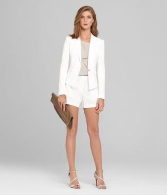 Cómo combinar: sandalias de tacón de cuero plateadas, pantalones cortos blancos, blusa sin mangas gris, blazer blanco