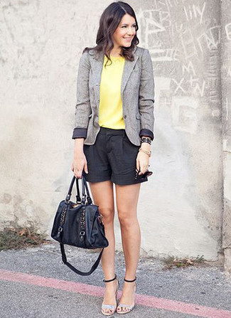 Cómo combinar: sandalias de tacón de cuero plateadas, pantalones cortos negros, blusa sin mangas amarilla, blazer de lana gris
