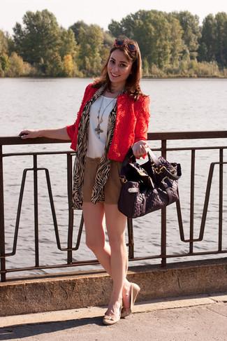 Cómo combinar: bailarinas de cuero en beige, pantalones cortos marrón claro, blusa sin mangas de seda blanca, chaqueta motera de encaje roja