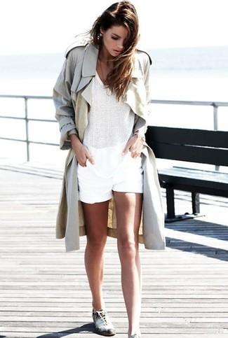 Cómo combinar: zapatos oxford de cuero en blanco y negro, pantalones cortos blancos, blusa sin mangas de crochet blanca, gabardina en beige