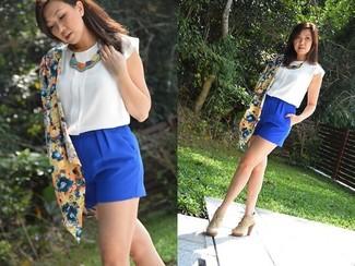 Cómo combinar: botines con cordones de ante en beige, pantalones cortos azules, blusa sin mangas de seda blanca, quimono con print de flores azul