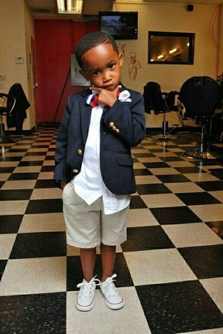 Cómo combinar: zapatillas blancas, pantalones cortos en beige, camisa de manga larga blanca, blazer azul marino