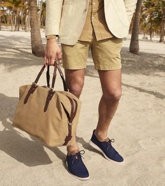 Combinar una camisa de manga larga marrón claro: Para crear una apariencia para un almuerzo con amigos en el fin de semana intenta ponerse una camisa de manga larga marrón claro y unos pantalones cortos marrón claro. ¿Te sientes valiente? Elige un par de zapatos oxford de lona azul marino.