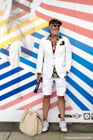 Combinar un blazer blanco: Haz de un blazer blanco y unos pantalones cortos blancos tu atuendo para después del trabajo. Tenis de cuero blancos añadirán interés a un estilo clásico.