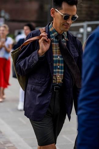 Combinar unos pantalones cortos verde oscuro: Usa un blazer de algodón en violeta y unos pantalones cortos verde oscuro para lograr un estilo informal elegante.