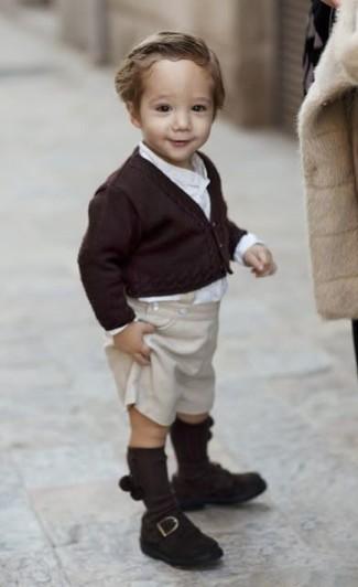 Cómo combinar: mocasín en marrón oscuro, pantalones cortos en beige, camisa de manga larga blanca, cárdigan en marrón oscuro