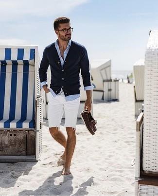 Combinar un cárdigan azul marino: Empareja un cárdigan azul marino junto a unos pantalones cortos vaqueros blancos para una vestimenta cómoda que queda muy bien junta. Náuticos de cuero en marrón oscuro son una opción excelente para complementar tu atuendo.