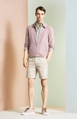 Cómo combinar: tenis en beige, pantalones cortos en beige, camisa de manga larga estampada en verde menta, cazadora de aviador rosada