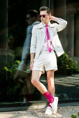 Cómo combinar: tenis blancos, pantalones cortos blancos, camisa de manga larga rosada, chaqueta motera de cuero blanca