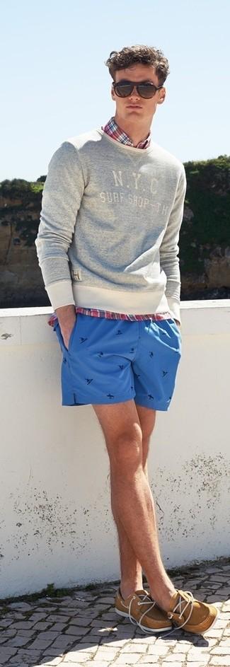 Cómo combinar: náuticos de cuero marrón claro, pantalones cortos estampados azules, camisa de manga larga de tartán roja, jersey con cuello circular estampado gris
