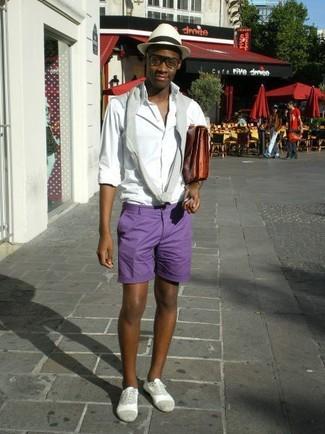 Cómo combinar: zapatos oxford de ante grises, pantalones cortos en violeta, camisa de manga larga blanca, jersey con cuello circular gris