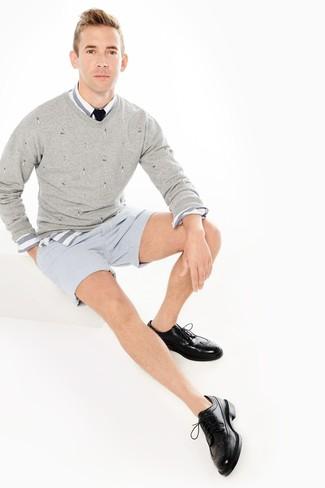 Cómo combinar: zapatos brogue de cuero negros, pantalones cortos de seersucker de rayas verticales celestes, camisa de manga larga de rayas horizontales en blanco y azul, jersey de pico gris