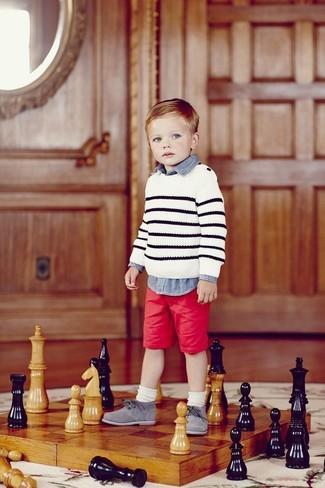 Cómo combinar: zapatos oxford grises, pantalones cortos rojos, camisa de manga larga vaquera azul, jersey de rayas horizontales blanco