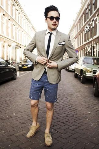 Cómo combinar: zapatos brogue de ante en beige, pantalones cortos estampados azul marino, camisa de vestir blanca, blazer de tartán en beige