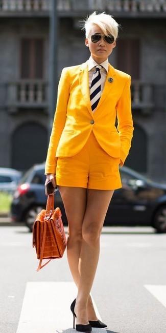 Combinar una corbata: Un blazer amarillo y una corbata son una opción inigualable para el fin de semana. Zapatos de tacón de ante negros son una opción grandiosa para complementar tu atuendo.