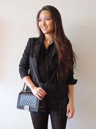 Cómo combinar: bolso bandolera de cuero acolchado negro, pantalones cortos de lentejuelas negros, camisa de vestir de seda negra, blazer negro