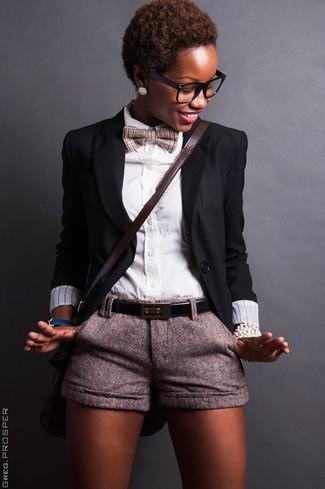 Cómo combinar: bolso bandolera de cuero en marrón oscuro, pantalones cortos de lana grises, camisa de vestir blanca, blazer negro