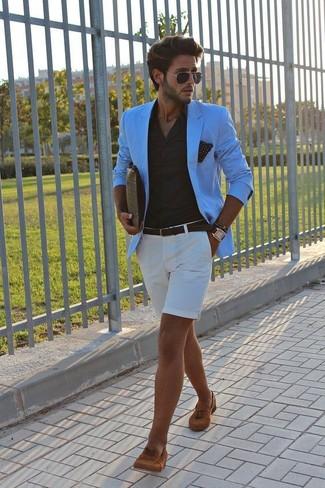 Cómo combinar: mocasín con borlas de ante en tabaco, pantalones cortos blancos, camisa de vestir negra, blazer en turquesa