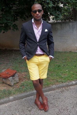 Cómo combinar: náuticos de cuero en tabaco, pantalones cortos amarillos, camisa de vestir de rayas verticales rosada, blazer negro