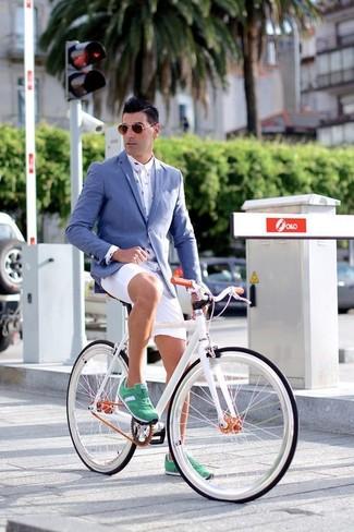 Combinar una camisa de vestir estampada blanca: Intenta combinar una camisa de vestir estampada blanca junto a unos pantalones cortos blancos para el after office. Si no quieres vestir totalmente formal, complementa tu atuendo con tenis de ante verdes.