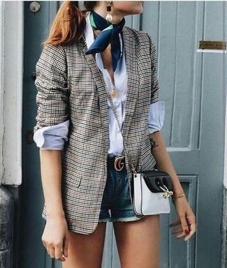 Cómo combinar: bolso bandolera de cuero en negro y blanco, pantalones cortos vaqueros azules, camisa de vestir blanca, blazer de cuadro vichy gris