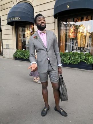 Cómo combinar: mocasín de cuero negro, pantalones cortos grises, camisa de vestir rosada, blazer gris