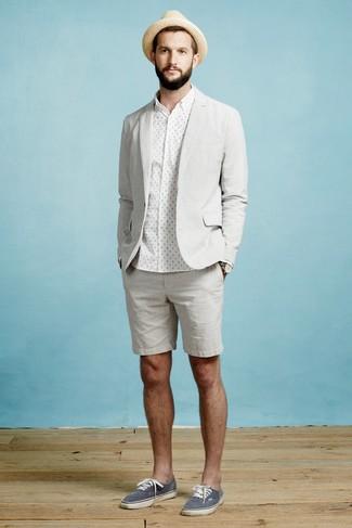 Cómo combinar: tenis de lona azul marino, pantalones cortos grises, camisa de vestir a lunares blanca, blazer gris