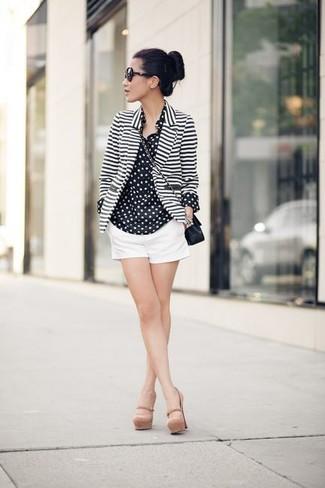 Cómo combinar: zapatos de tacón de cuero en beige, pantalones cortos blancos, camisa de vestir de gasa a lunares en negro y blanco, blazer de rayas horizontales en blanco y negro