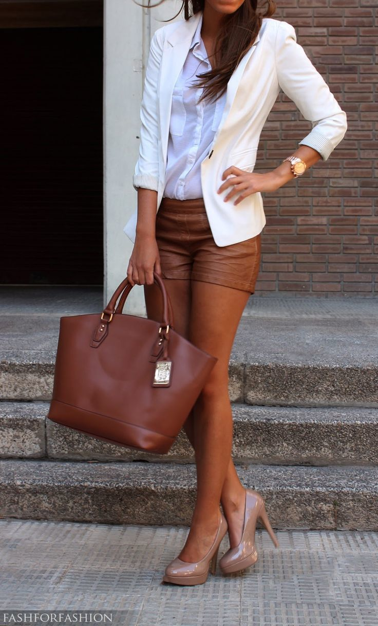 75b78321ee Look de moda  Zapatos de tacón de cuero en beige