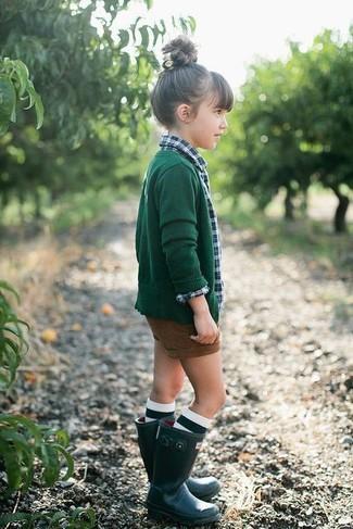 Combinar unos pantalones cortos marrónes:
