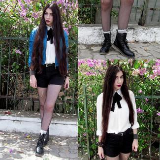 Cómo combinar: botas planas con cordones de cuero negras, pantalones cortos negros, camisa de vestir blanca, cazadora de aviador de cuero azul