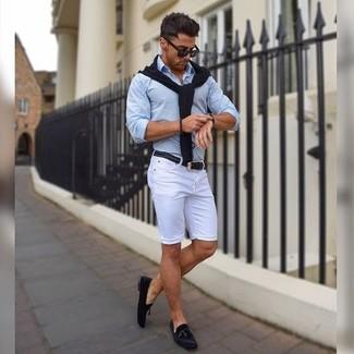 Cómo combinar: mocasín con borlas de ante negro, pantalones cortos blancos, camisa de vestir celeste, jersey de pico negro