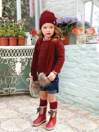 Cómo combinar: botas de lluvia rojas, pantalones cortos azul marino, camisa de vestir roja, jersey rojo
