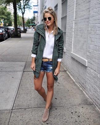 Cómo combinar: botines de ante grises, pantalones cortos vaqueros azul marino, camisa de vestir blanca, parka de algodón verde oscuro
