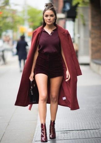 Cómo combinar: botines de cuero burdeos, pantalones cortos de terciopelo burdeos, camisa polo morado oscuro, abrigo burdeos