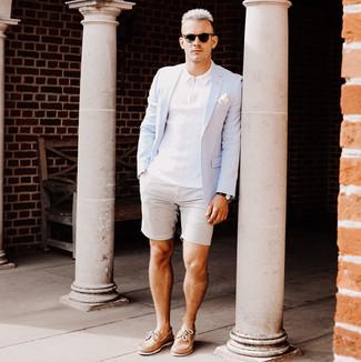 Cómo combinar: náuticos de cuero marrón claro, pantalones cortos de seersucker grises, camisa polo blanca, blazer celeste