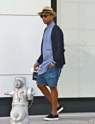 Cómo combinar: zapatillas slip-on negras, pantalones cortos vaqueros azules, camisa polo de cambray azul, cárdigan negro