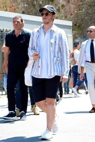 Combinar unas gafas de sol burdeos: Emparejar una chaqueta estilo camisa de rayas verticales en blanco y azul con unas gafas de sol burdeos es una opción atractiva para el fin de semana. Tenis de lona blancos levantan al instante cualquier look simple.